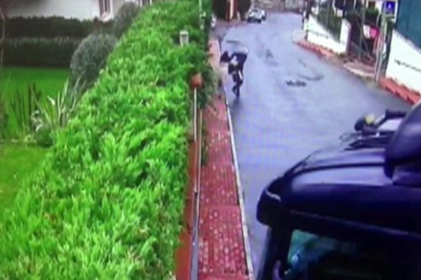 Kaldırımda yürüyen iki kadın saniyelerle kurtuldu
