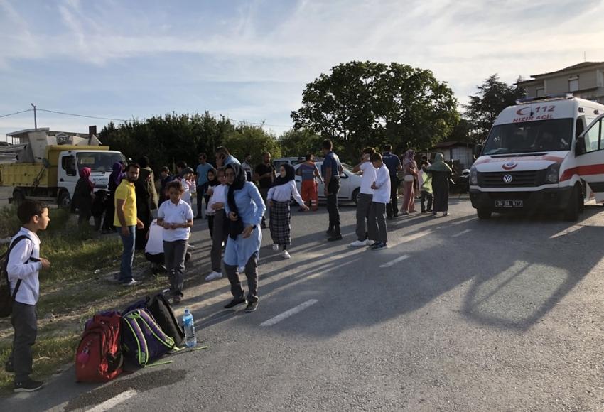 Beylikdüzü'nde servis aracı takla attı, çok sayıda öğrenci yaralandı