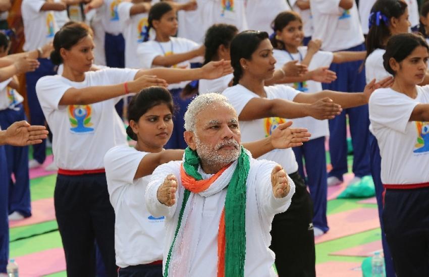35 bin kişi ile yoga yaptı
