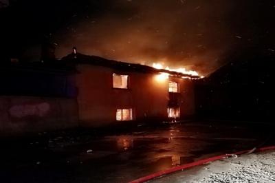 Gecenin karanlığını aydınlatan alevler 2 katlı evi küle çevirdi