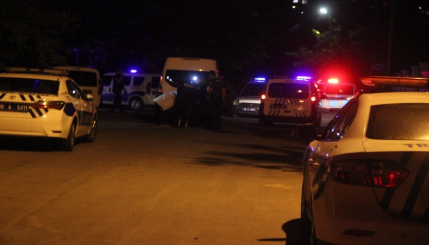 Polisten kaçan araçta bir kişi silahla vurulmuş halde bulundu