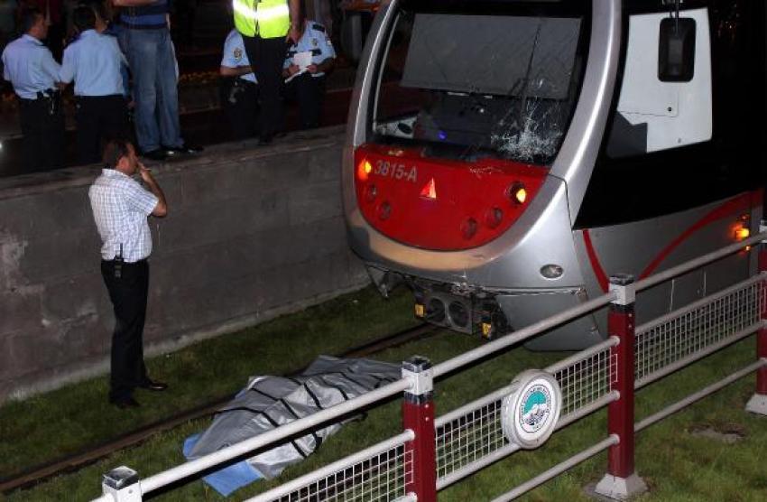 Tramvayın altında 25 metre sürüklendi ve...