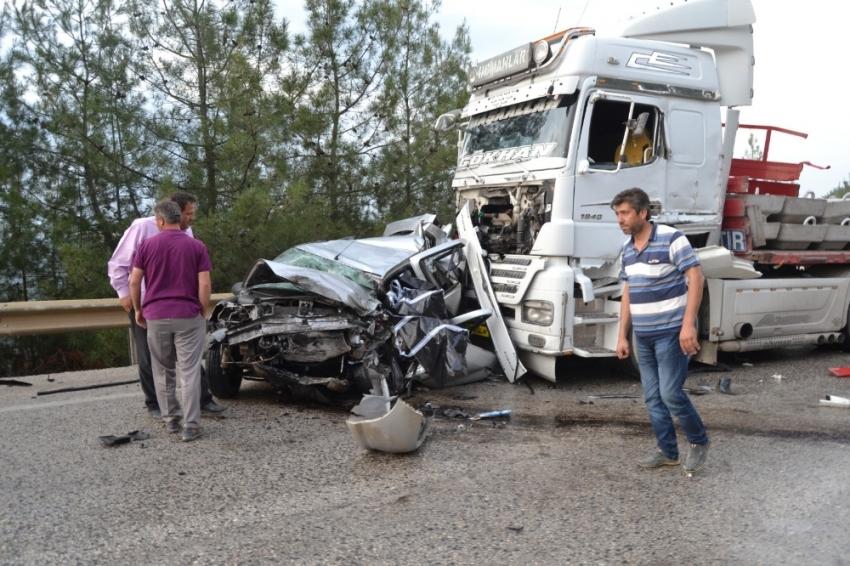 2 tırın arasında kalan otomobil hurdaya döndü: 1 ölü