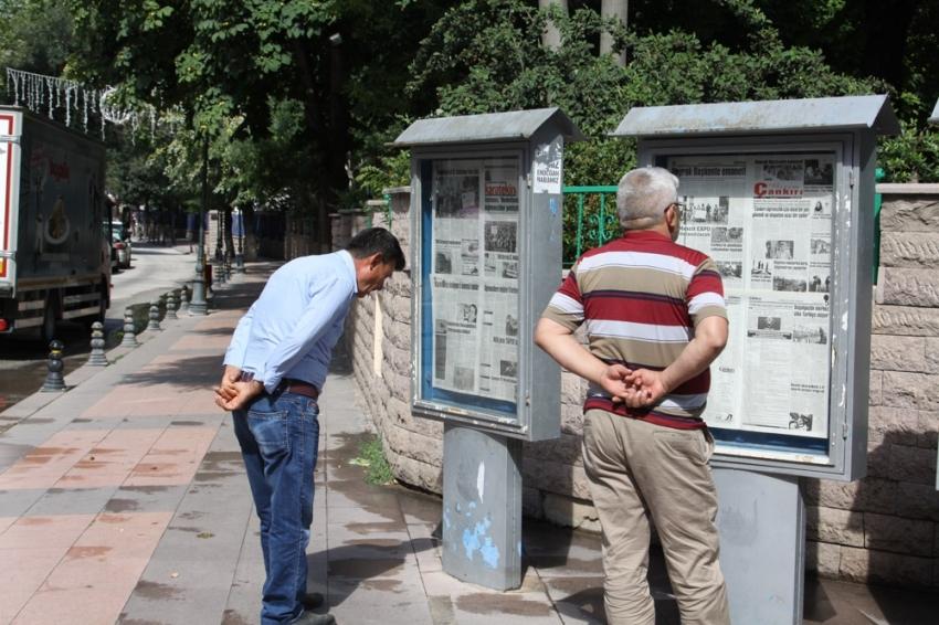 32 yıldır panolardan gazete okuyorlar