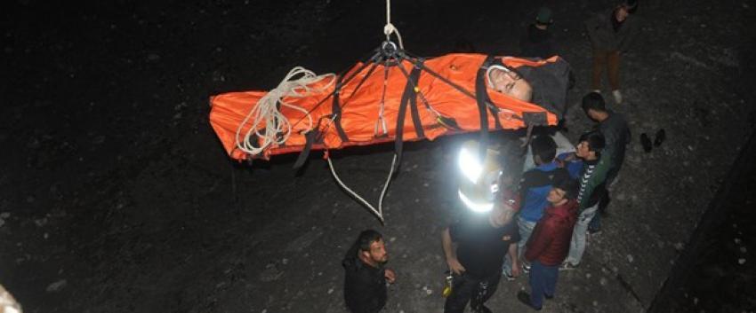 30 metre yüksekten düşen iki genç yaralandı