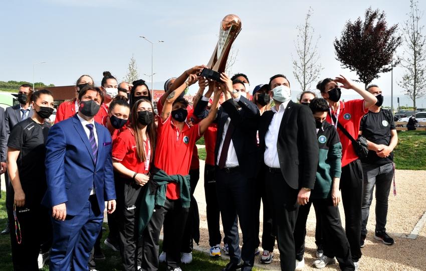 Bursa'nın perileri şampiyonluk kupasını hastaneye götürdü