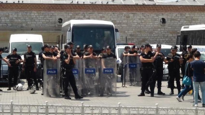 Onur yürüyüşü öncesi Taksim'de hareketlilik