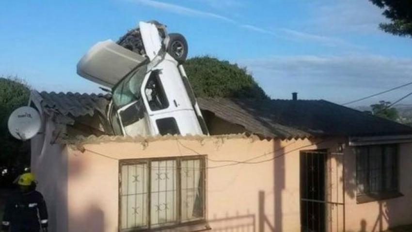 Araç çatıdan eve girdi!