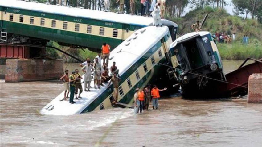 Üstünden tren geçerken çöktü: 12 ölü