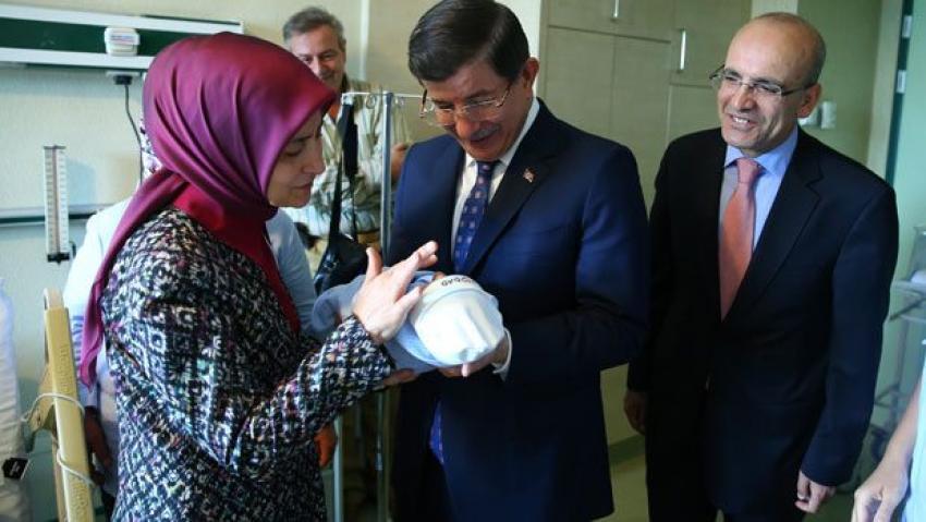 Davutoğlu ailesinden bebek ziyareti