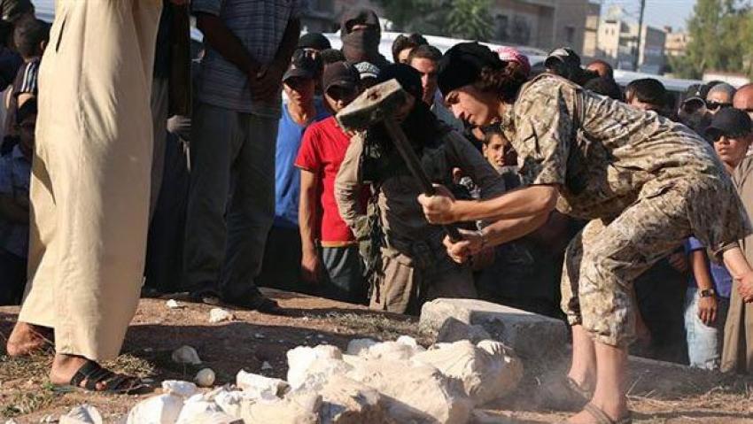 IŞİD, 2 bin yıllık heykeli parçaladı