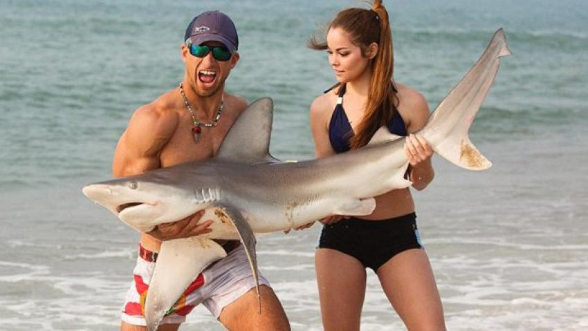 Köpekbalığı yakalayıp çıplak elle fişliyor
