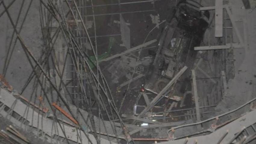 Otomobil metro inşaatına düştü