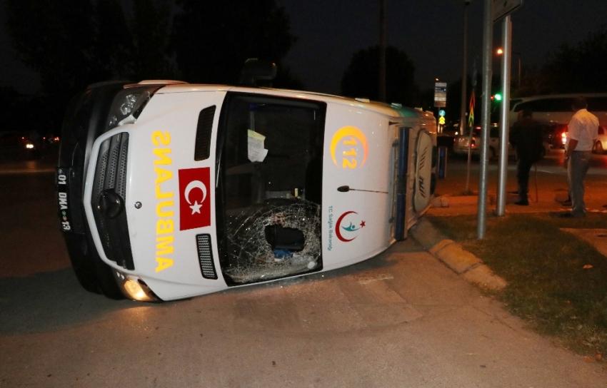 Ambulans ile ticari taksi çarpıştı: 5 yaralı
