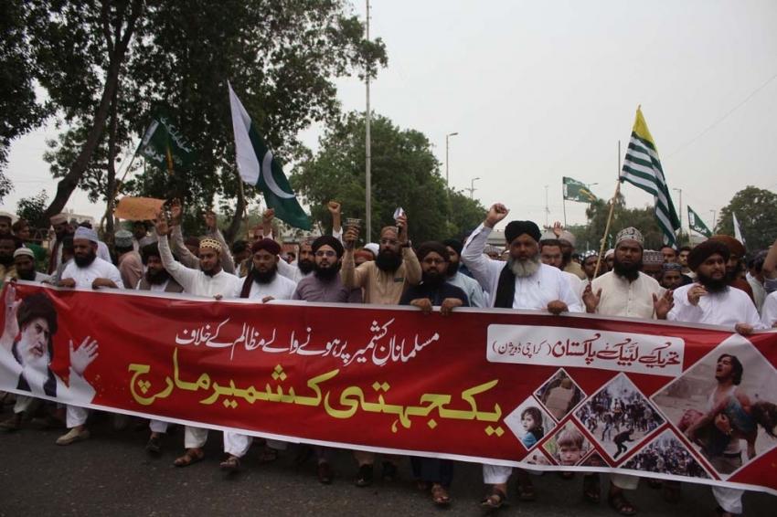 Binlerce Pakistanlı, Hindistan'ı protesto etti