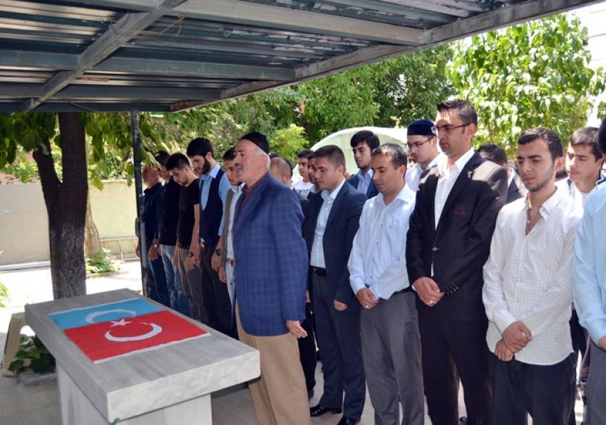 28 Uygur Türkü için giyabi cenaze namazı
