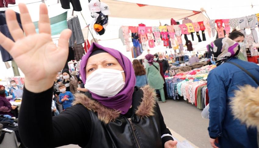 Maskesi çene altında pazarda gezdi, gazetecilere hakaret yağdırdı