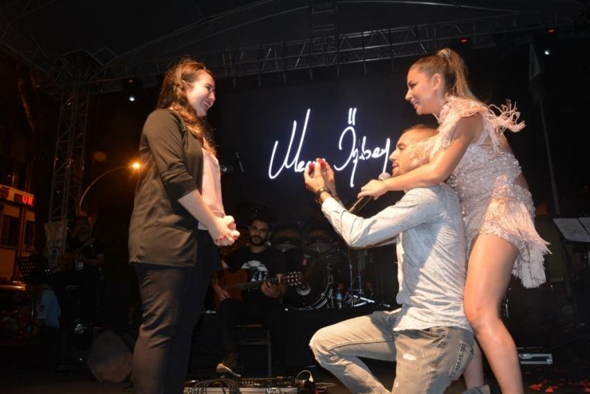 Merve Özbey konserinde evlenme teklifi