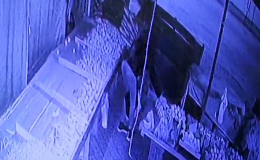 Manavdan muz çalan hırsızlar bekçilerin dikkati sayesinde yakalandı