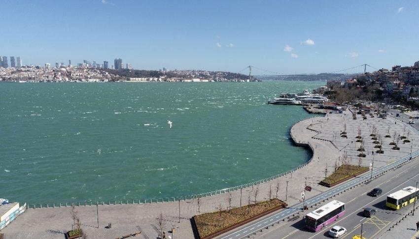 İstanbul Boğazı'nda sıra dışı renk