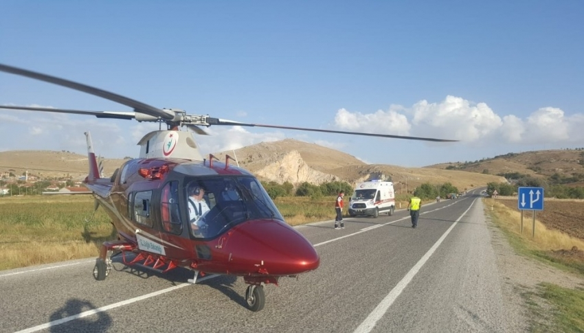 Yaralıları kurtarmak için zamanla yarışan helikopter karayoluna indi
