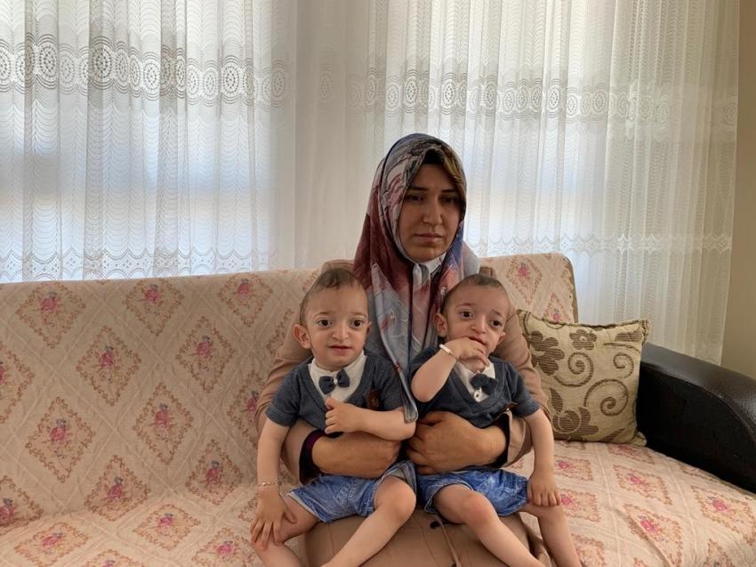 Hasta ikiz çocuklar yardım bekliyor
