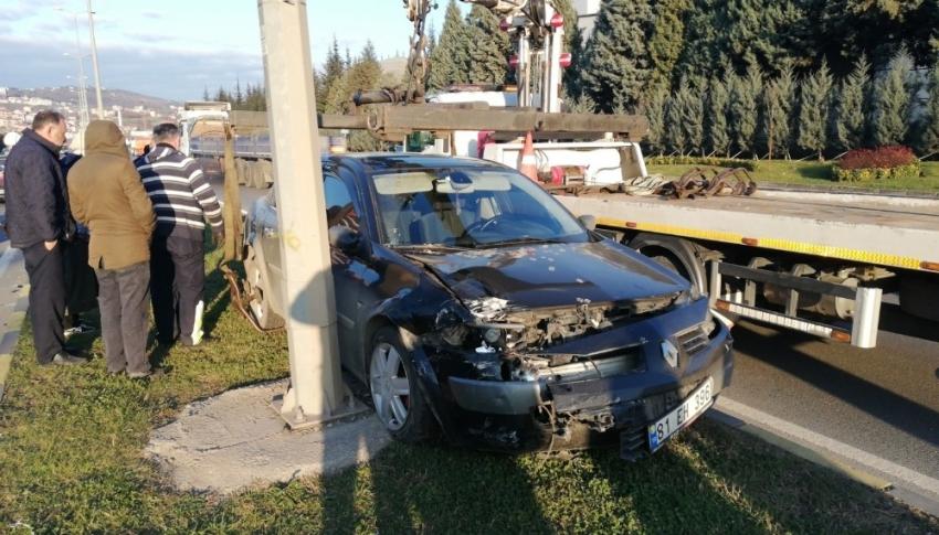 Otomobile çarpıp refüje çıktı: 1 yaralı
