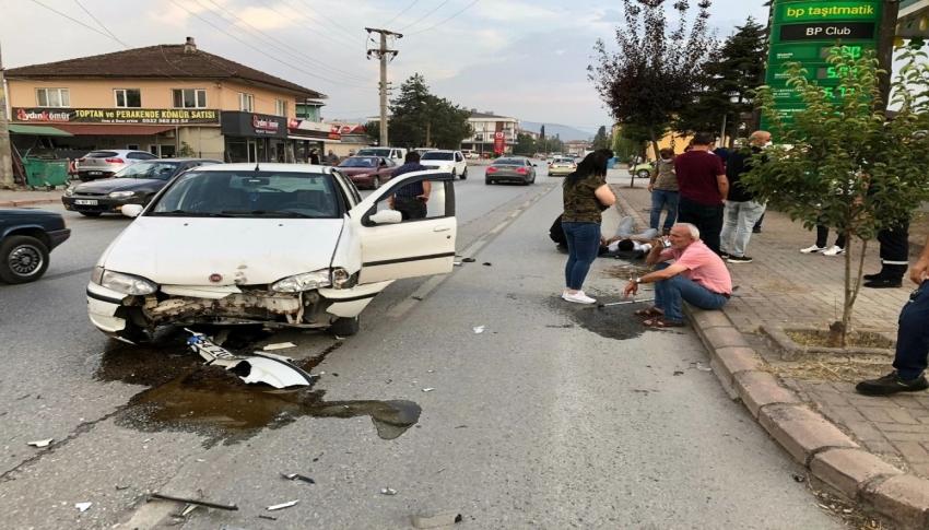 Motosikletin otomobilin altına girdiği anlar kamerada - Bursa.com