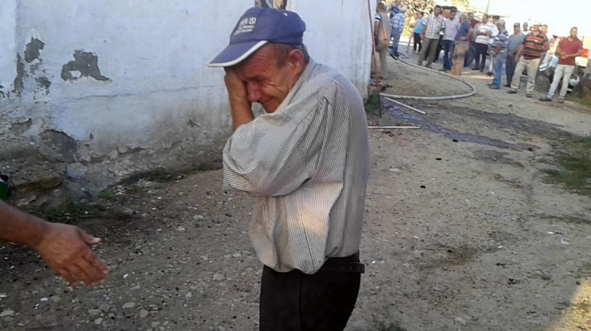 Evi kül olan adam gözyaşlarına boğuldu