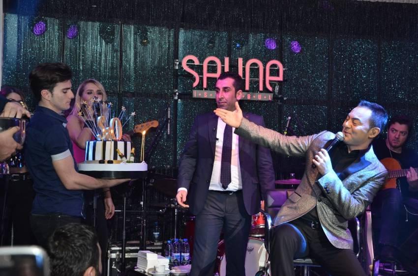 Serdar Ortaç doğum gününü sahnede kutladı