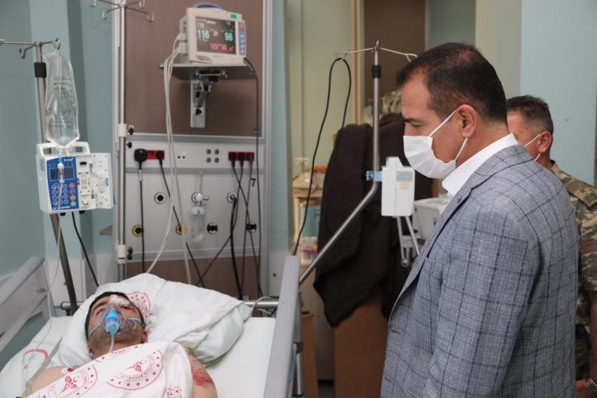 Vali Akbıyık, yaralı vatandaşı ziyaret etti