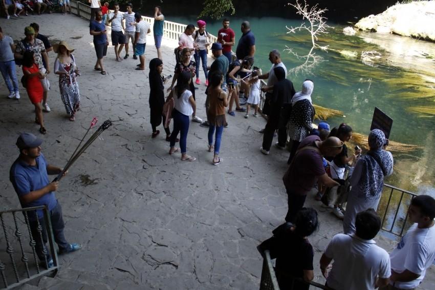 Susuz kalan Düden Şelalesi'ne ziyaretçi akını