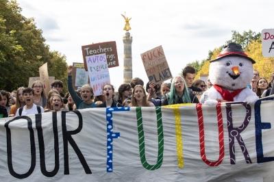 """Almanya'da öğrenciler """"iklim değişikliği"""" için sokağa döküldü"""
