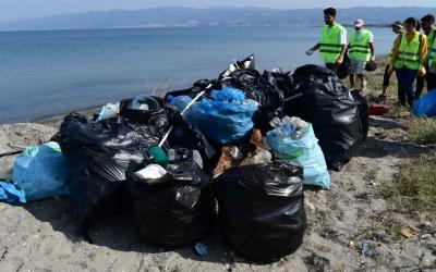 Sahilden 193 kilo çöp topladılard