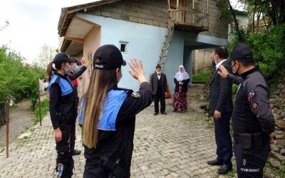 Polis ekipleri tam kapanma döneminde kapı kapı vatandaşın ihtiyacına koşuyor