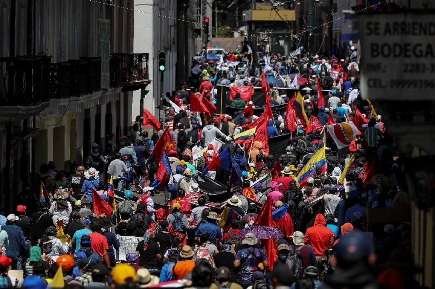 Ekvador'da halk sokaklara döküldü