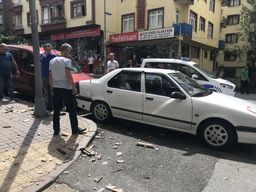 Şişli'de bir binanın saçağından kopan kartonpiyer taş parçaları kaldırımda yürüyen vatandaşların başına yağdı. Genç bir kadın taşın bacağına isabet etmesi sonucu yaralanırken, park halindeki bir araç ise zarar gördü. O anlar güvenlik kameralarına yansıdı. ile ilgili görsel sonucu