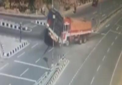 İki kamyon arasında can verdiler