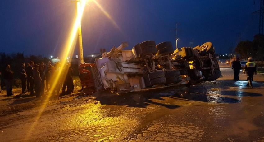 Beton pompası kamyonu ile tır çarpıştı: 2 yaralı