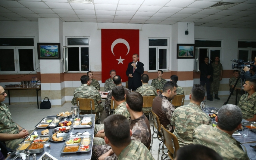 Mardin'de sürpriz ziyaret: Mehmetçikle iftar açtı