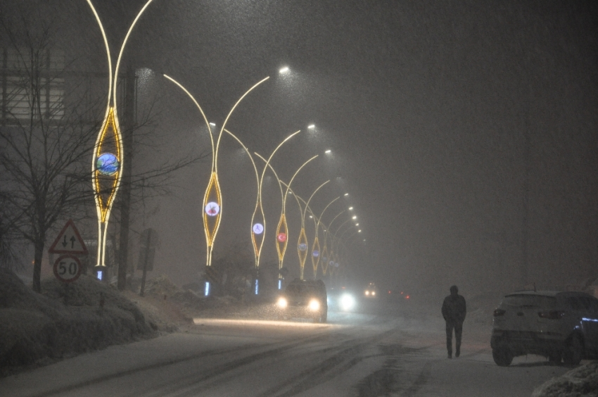 Yüksekova'nın caddeleri, yeni yapılan aydınlatmayla cıvıl cıvıl bir görüntüye kavuştu
