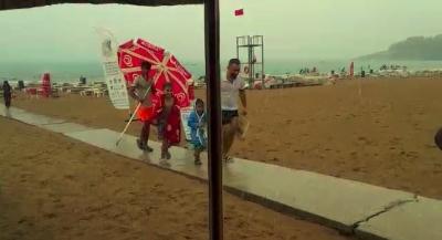 Şiddetli yağmura plajda yakalandılar