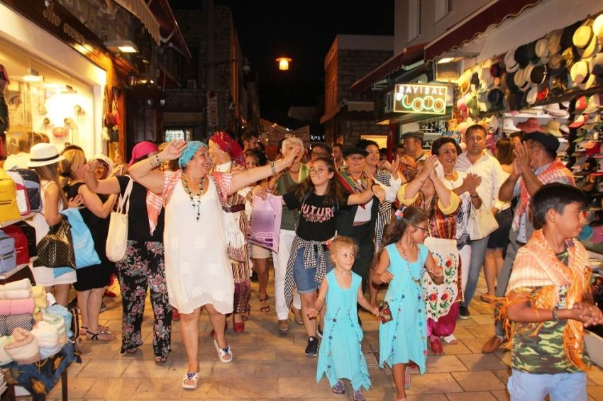 Turistler ilgiyle izledi: Bodrum'da renkli görüntüler
