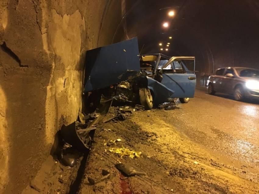 İki otomobil tünelde çarpıştı