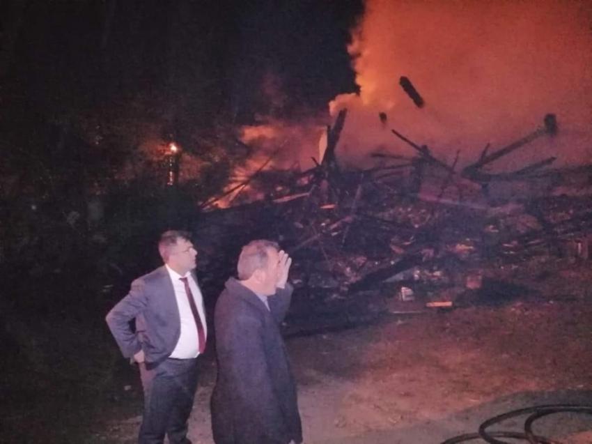 Kastamonu'da iki katlı ev kül oldu, 5 ton sarımsak yandı