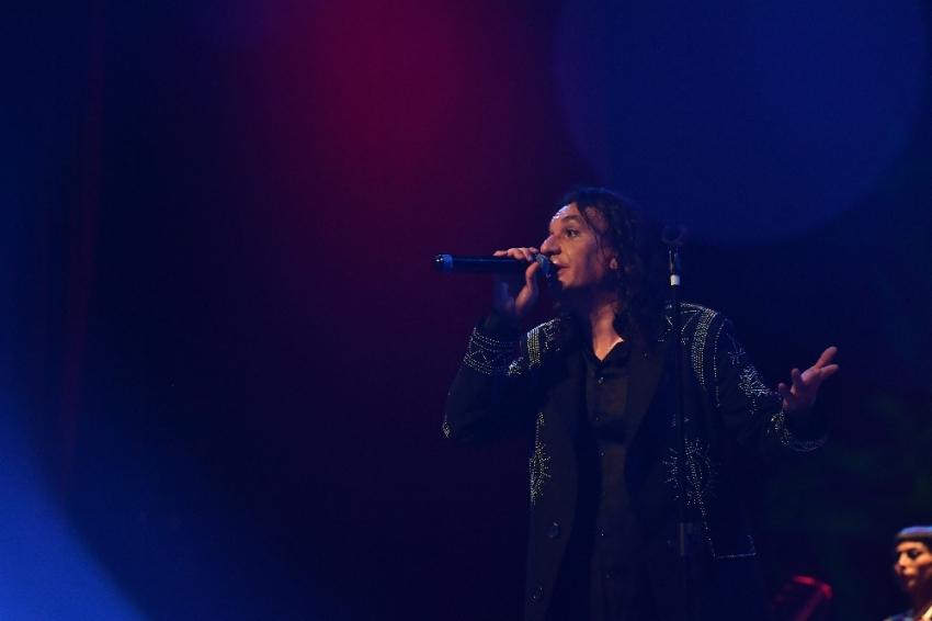 Gökhan Kırdar yeni şarkılarını seslendirdi
