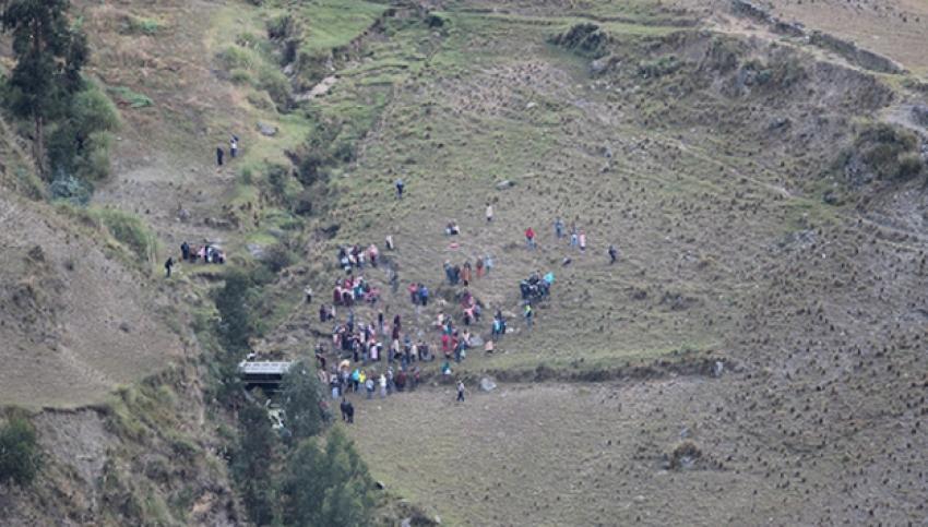 Öğrencileri taşıyan kamyon uçuruma yuvarlandı