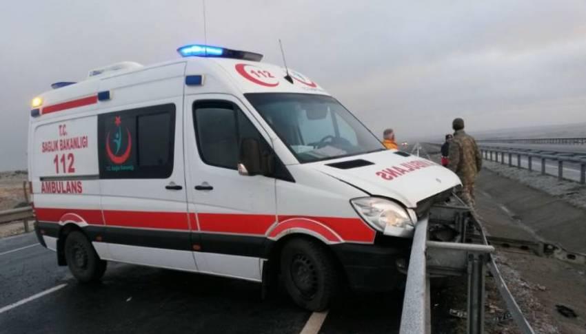 Ambulans zincirleme kazaya karıştı: 11 yaralı