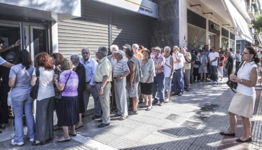 Emekliler maaş çekebilmek için kuyrukta
