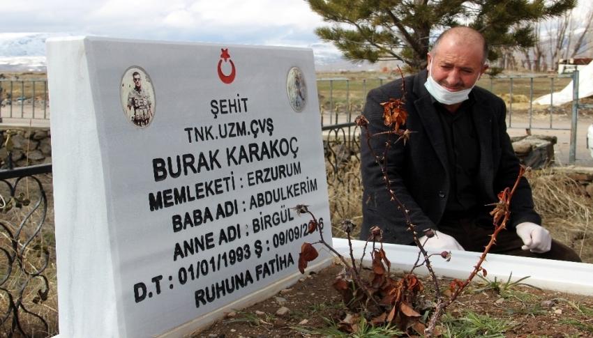 Şehit oğlunun mezarını ziyaret etmek için her gün 30 kilometre yol gidiyor